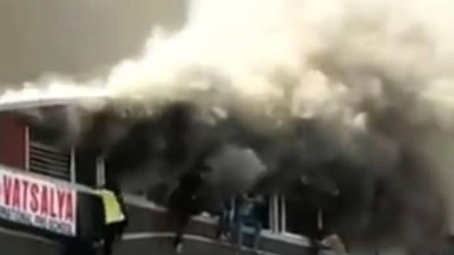 Τραγωδία σε φλεγόμενο εμπορικό κέντρο: Μαθητές πηδάνε από τον τελευταίο όροφο! Τουλάχιστον 18 νεκροί!