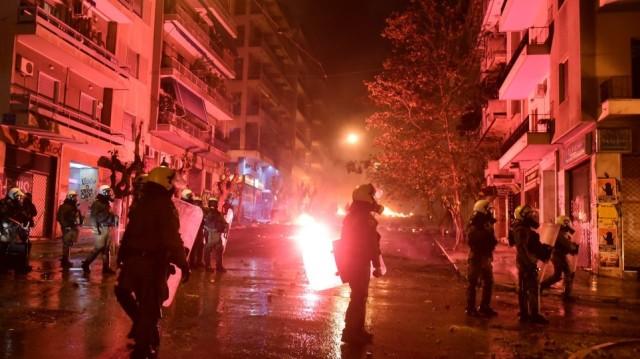Εξάρχεια: «Βροχή» μολότοφ κατά των ΜΑΤ έξω από το Πολυτεχνείο