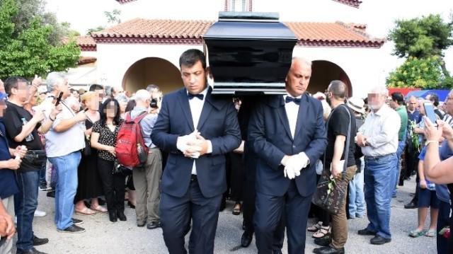 Σπαραγμός στην κηδεία του Στέλιου Βαμβακάρη!