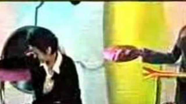 Επικό: Όταν πήγε να κάτσει στο σκαμπό της Αννίτας Πάνια και έπεσε! Βίντεο