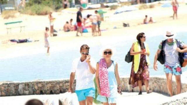 Ελένη Μενεγάκη: Αυτό είναι το γαλάζιο μπικίνι που φόρεσε κι από 154 ευρώ μπορείτε να το πάρετε μόνο 139!