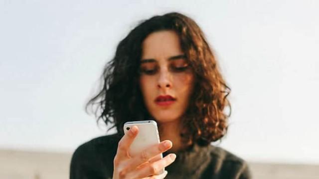 Κρατάς έτσι το κινητό σου; Αν δεις τι θα πάθεις, θα σταματήσεις αμέσως!