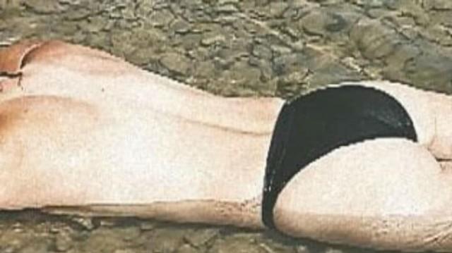 Γνωστή Ελληνίδα ηθοποιός ξαπλώνει στην αμμουδιά τοπλες και μοιράζει «εγκεφαλικά»!