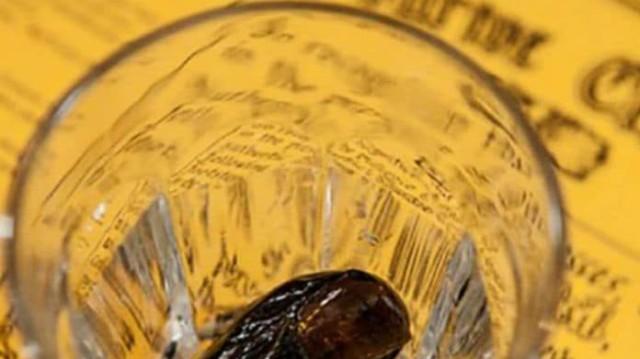 Για γερά στομάχια: Το πιο διάσημο ποτό του κόσμου έχει μέσα κομμένο δάχτυλο από το 1920!