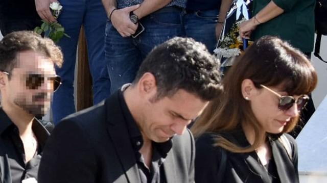 Δημήτρης Ουγγαρέζος: «Πνιγμένος» στα δάκρυα! Η σπαρακτική εικόνα στην κηδεία της μητέρας του...