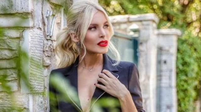 Κατερίνα Καινούργιου: «Πνιγμένο» στα ρούχα το καμαρίνι της, και εκείνη διάλεξε 2! Κοστίζουν 168 ευρώ...