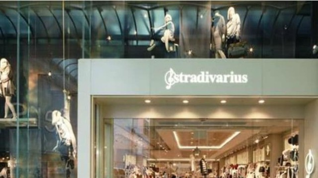 Stradivarius: Αυτό το φόρεμα θα φορεθεί πολύ το φθινόπωρο! Κοστίζει λιγότερο από 26 ευρώ!
