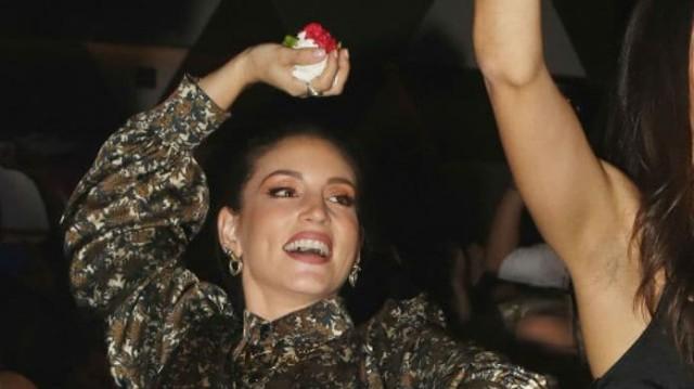Αθηνά Οικονομάκου: Πετούσε στην πίστα τα γαρύφαλλα το ένα μετά το άλλο! Φωτογραφίες ντοκουμέντο με μίνι φούστα...
