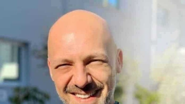 Νίκος Μουτσινάς: Με μαύρα μακριά μαλλιά στο πλευρό της Ματίνας Νικολάου! Είναι ένας άλλος άνθρωπος!