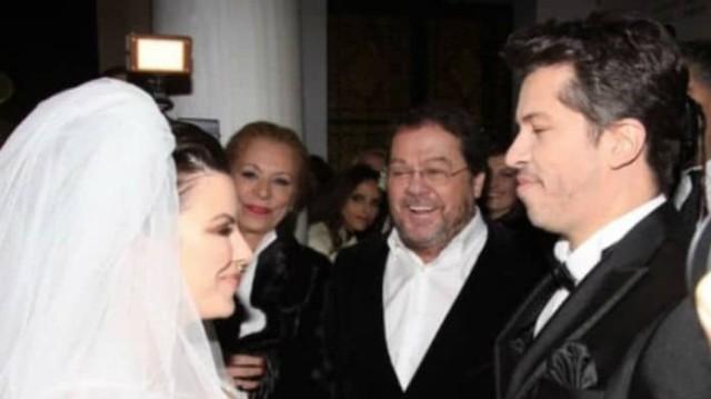 Αντελίνα Βαρθακούρη: Έβγαλε το πέπλο στον γάμο της και όλοι κοιτούσαν τα μαλλιά! Το χτένισμα που «μαγνήτισε» το βλέμμα...