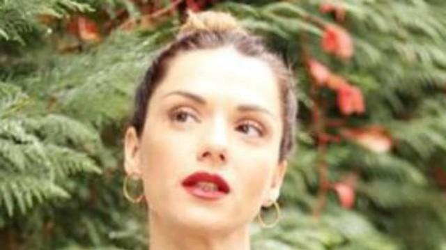 Βάσω Λασκαράκη: Κρέμασε πάνω της κόκκινη τσάντα και την συνδύασε με τα χείλη της! Ίδια με μοντέλο...