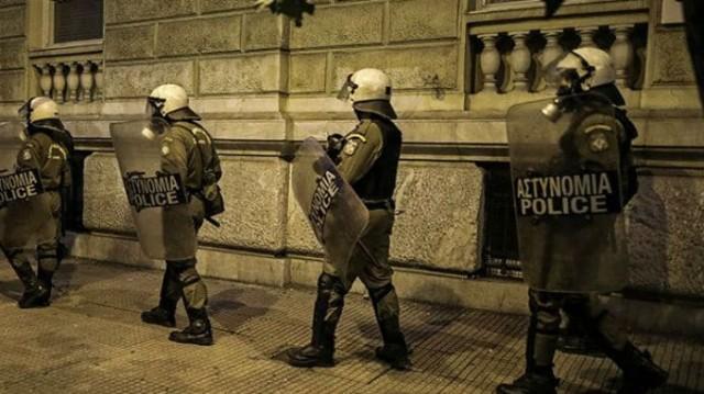 Σκηνές «πολέμου» στην Αθήνα! Επίθεση με πέτρες κατά των ΜΑΤ! (Βίντεο)