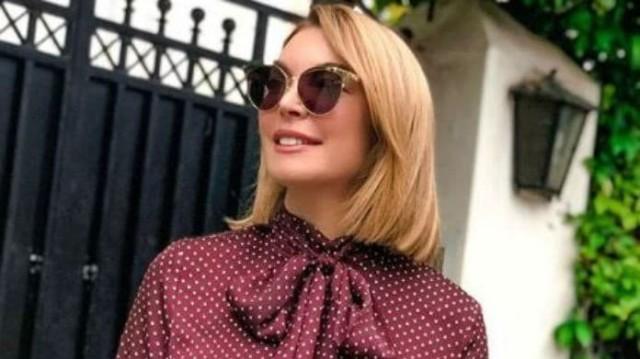 Τατιάνα Στεφανίδου: Το τζάκι στο σαλόνι της βγήκε από... παραμύθι! Τα ροζ λουλούδια τραβούν την προσοχή!