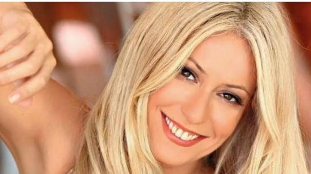 Μαρία Μπακοδήμου: Παρέδωσε μαθήματα στο Open tv! Το φόρεμα της ήταν γεμάτο μπλε λεπτομέρειες και ζώνη στη μέση!