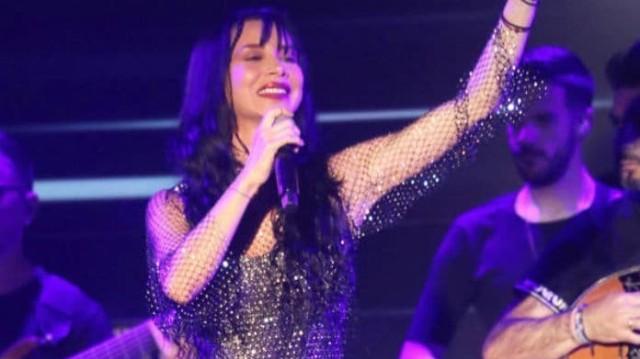 Πάολα: Έβαλε μαύρο φόρεμα με «επικίνδυνο» άνοιγμα! Κόλλησαν όλοι με αυτό που κράταγε στα χέρια της!