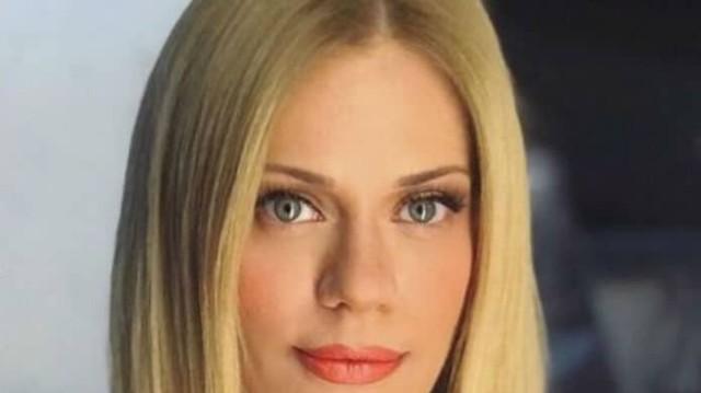 Ζέτα Μακρυπούλια: Το πουλόβερ της είχε το πιο ιδιαίτερο χρώμα! Η παντελόνα καμπάνα μας έκλεψε την καρδιά!