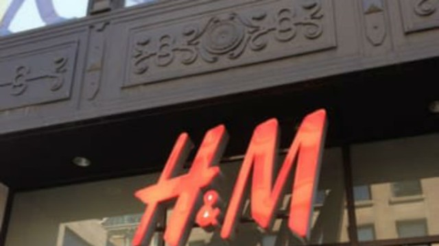 H&M - νέα συλλογή: Αυτό το μαύρο φόρεμα έχει θανατηφόρο σκίσιμο στην πλάτη!