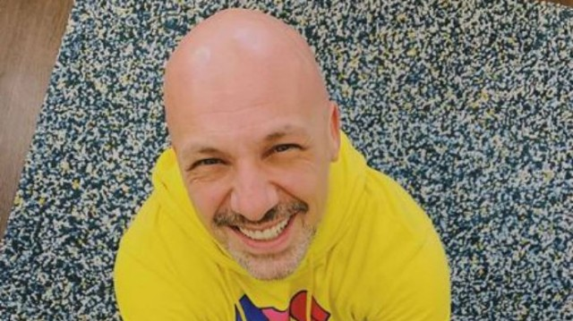Νίκος Μουτσινάς: «Έσπασε» τα φρένα με αυτή τη φωτογραφία! Το απίστευτο «πρόσωπο» που ξάπλωσε στο κρεβάτι του!