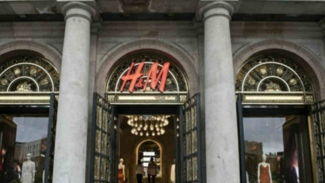 Αυτό το τζιν από τα H&M είναι τάση - Έχει σκισίματα και βγαίνει σε 5 χρώματα