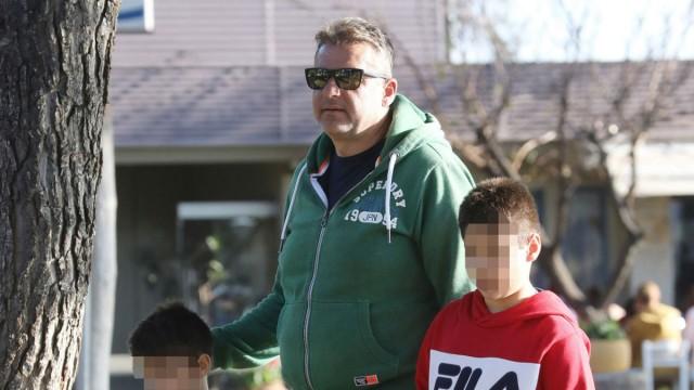 Γιώργος Λιάγκας: Με τους γιους του βόλτα στην Βουλιαγμένη χωρίς την Φαίη Σκορδά - Τους κρατούσε από το χέρι