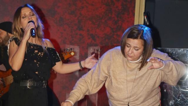 Καρέ - Καρέ η Ελισάβετ Κωνσταντινίδου να χορεύει Ζεϊμπέκικο! Ξεσήκωσε το μαγαζί και πέταγε πανέρια