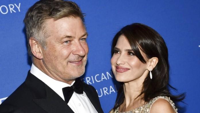 Πιο συντετριμμένη από ποτέ η σύζυγος του Άλεκ Μπάλντουιν: «Η καρδιά μου είναι με τη Χαλίνα»