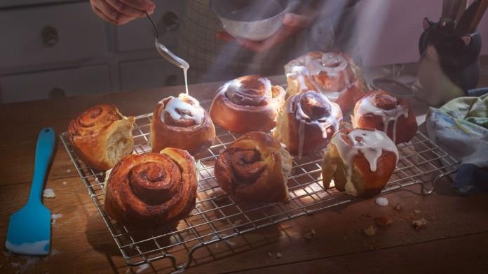 Τα πιο εύκολα σπιτικά cinnamon rolls με γέμιση κανέλας και άχνης ζάχαρης