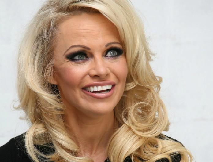 Στην Ελλάδα η Pamela Anderson! Σε ποιο νησί βρίσκεται;