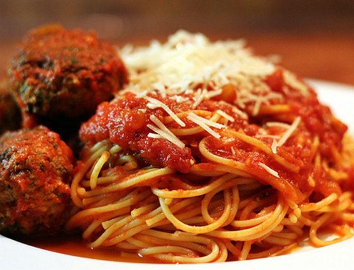 Μακαρονάδα στο τηγάνι με κεφτεδάκια και κόκκινη σάλτσα
