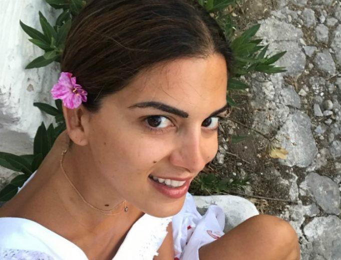 Το μυστικό της Σταματίνας Τσιμτσιλή για αψεγάδιαστο φυσικό πρόσωπο στην παραλία