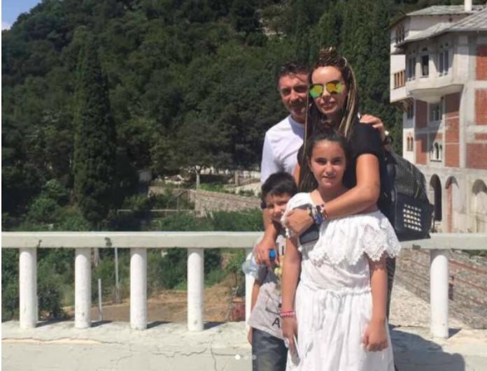 1d74923637a9 Ιωάννα Λίλη-Θοδωρής Ζαγοράκης: Το πιο γλυκό οικογενειακό στιγμιότυπο που  έχουν δημοσιεύσει ποτέ στα social media! - News - Youweekly