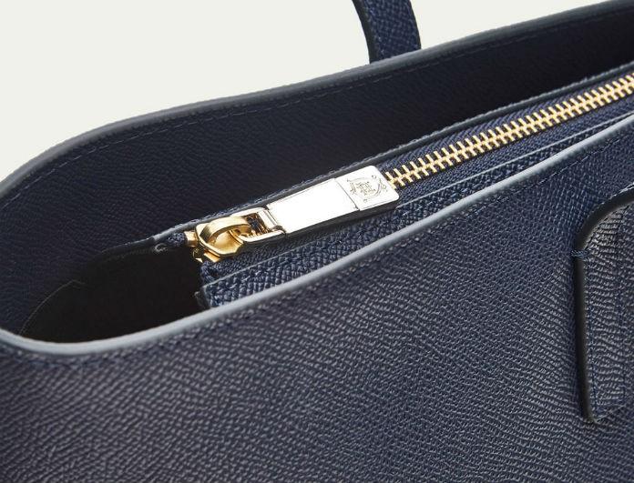 Η μπλε τσάντα συνώνυμο της πολυτέλειας