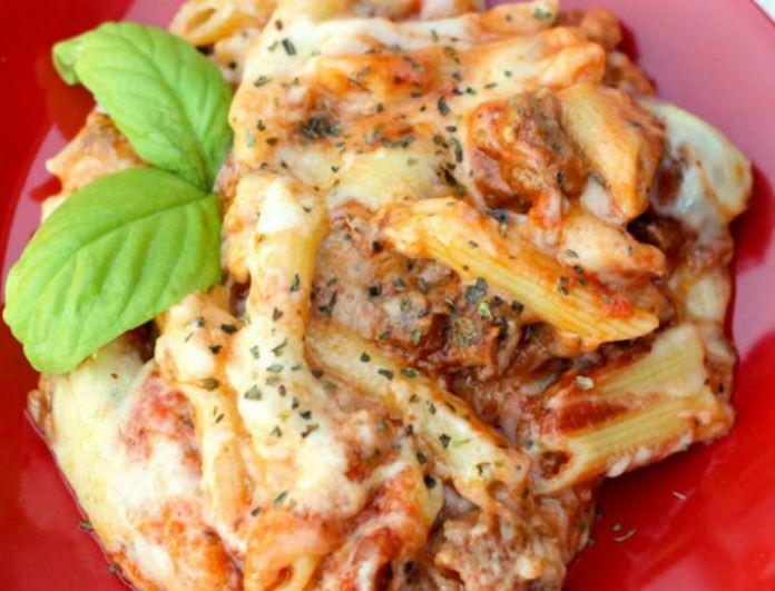 Η συνταγή της ημέρας: Μακαρόνια στον φούρνο με λουκάνικο, μπεσαμέλ και τυριά!
