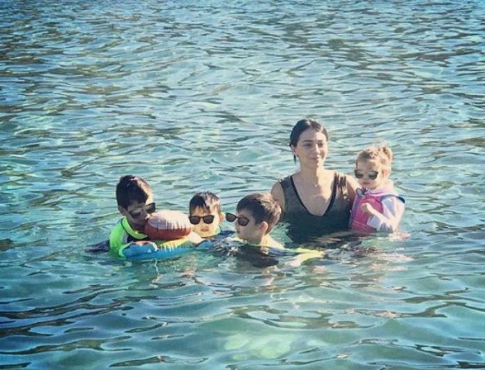 Η Ολυμπία Χοψονίδου βούτηξε μαζί με τα παιδιά της για να πιάσουν τον Σταυρό!