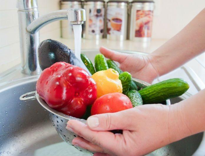 Οι πιο απλές κινήσεις για να πλένεις σωστά τα φρούτα και τα λαχανικά σου χωρίς να παιδεύεσαι!