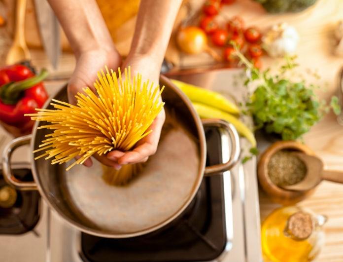 Το κολπάκι που δεν ήξερες: Ο τρόπος για να μειώσει τον χρόνο μαγειρέματος των ζυμαρικών στο μισό!