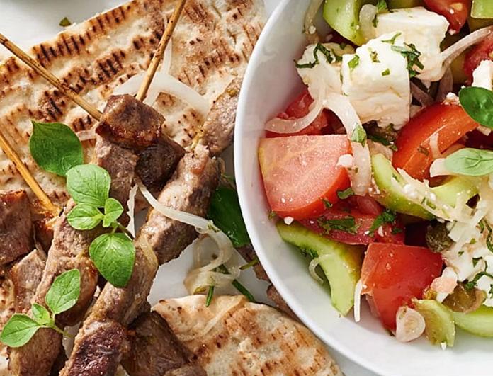 Το ήξερες; Πόσες θερμίδες έχει ένα σουβλάκι και πόσες μια χωριάτικη σαλάτα;