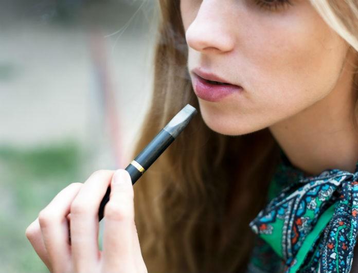 Μεγάλη προσοχή για όσους καπνίζουν ηλεκτρονικό τσιγάρο! Από τι κινδυνεύουν οι ατμιστές;