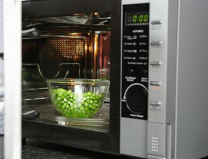 Πέντε πράγματα που δεν πρέπει να βάλεις στο φούρνο μικροκυμάτων! Η λίστα με τα τρόφιμα που θα σε σώσει!
