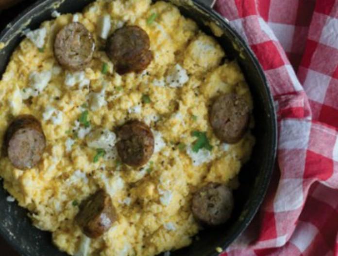 Μια συνταγή που θα λατρέψετε: Τσακλατιστά αβγά με φέτα και λουκάνικο!
