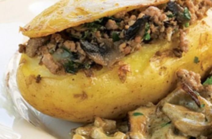 Ψητή πατάτα με γέμιση κιμά και σάλτσα μανιταριών