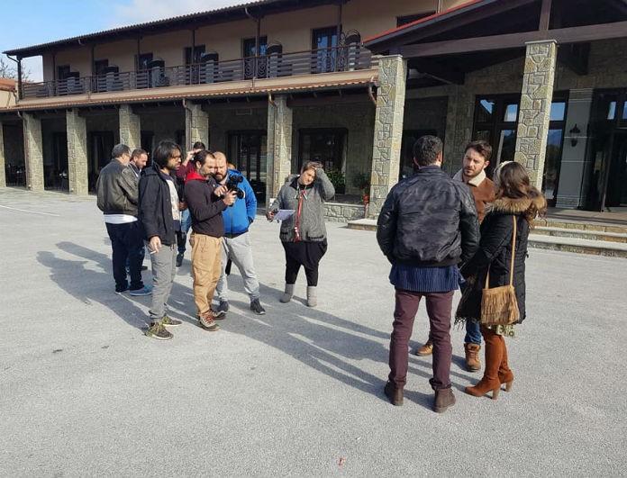 Φρενίτιδα με τον Αγγελόπουλο στην Καλαμπάκα! Μαζεύτηκαν οι fans έξω από το κτίριο που βρισκόταν και...(Photos)