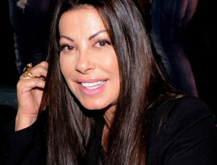 Απίστευτο! Η Άντζελα Δημητρίου όπως δεν την έχετε ξαναδεί! Άβαφη κι αχτένιστη στην αγκαλιά Έλληνα τραγουδιστή!