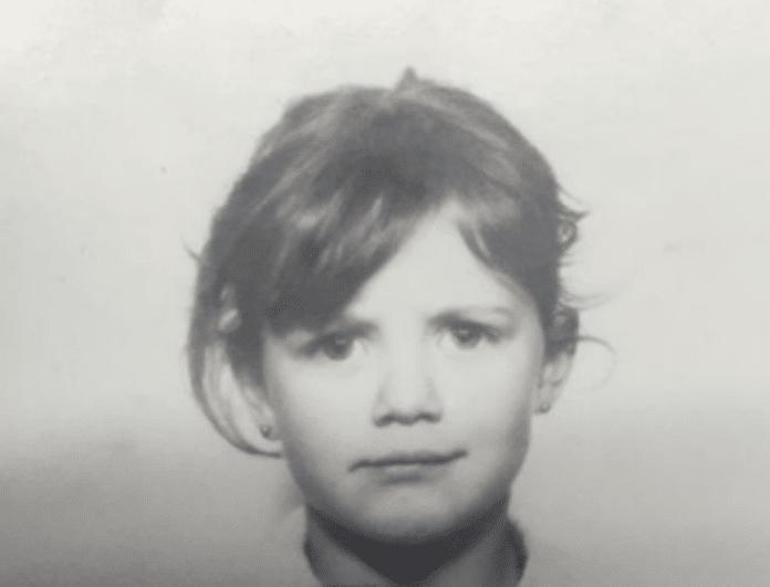 Αναγνωρίζετε το κοριτσάκι της φωτογραφίας; Δεν φαντάζεστε ποια πασίγνωστη παρουσιάστρια είναι...