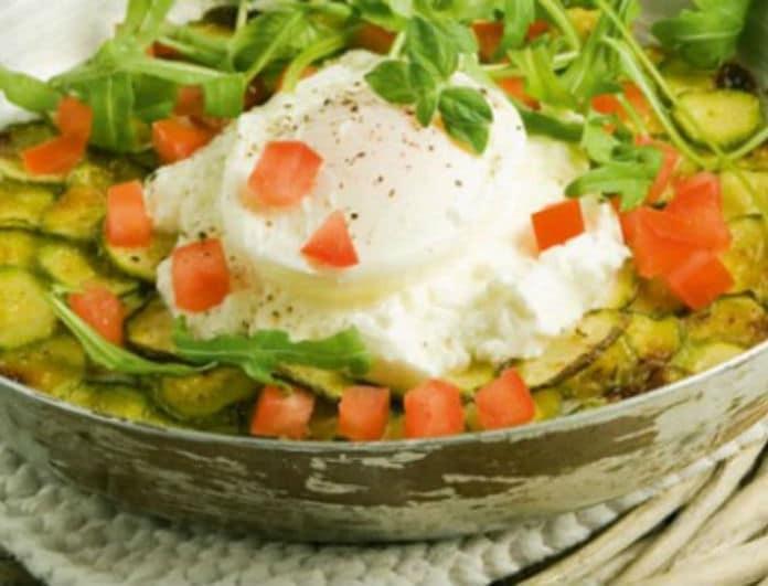 Νόστιμα και γρήγορα: Αβγά ποσέ με ψητά κολοκυθάκια και ξινομυζήθρα!