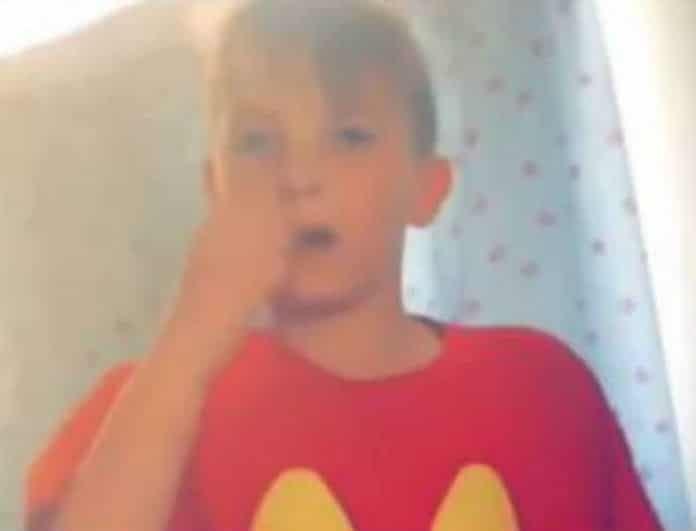 Η απόλυτη γκάφα! Μητέρα έστειλε το παιδί της στο σχολείο με πρόστυχη μπλούζα και...