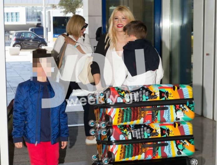 Φαίη Σκορδά: Στο αεροδρόμιο για Ντουμπάι με την μητέρα και τα παιδιά της! Τα παιχνίδια του Δημητράκη με τους φωτογράφους!
