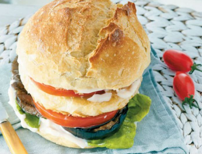 Νόστιμο & Νηστίσιμο: Vegetarian burger με παναρισμένο μανούρι!