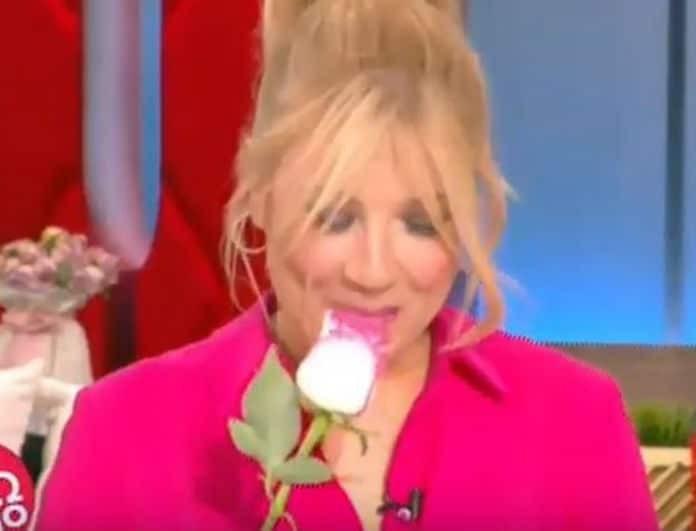 Τα λουλούδια που έστειλαν στη Σκορδά! Το πρόσωπο έκπληξη και η απογοήτευση της παρουσιάστριας! (Βίντεο)