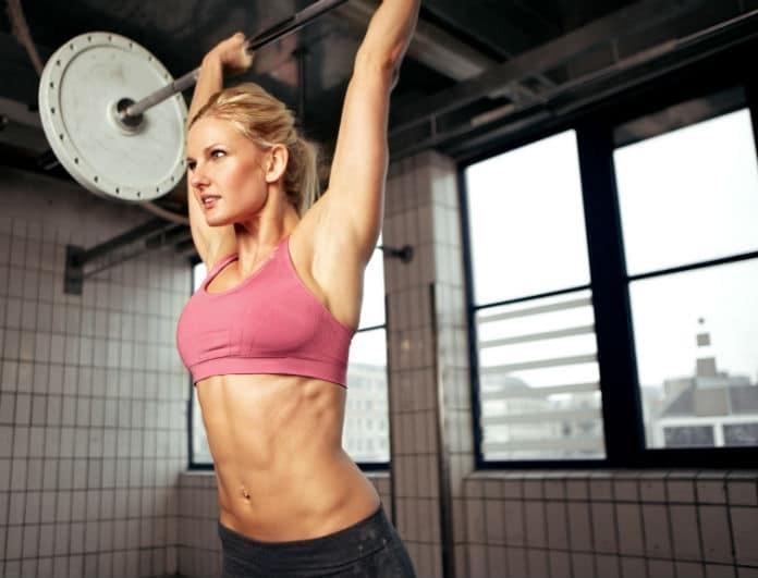 Θες να χάσεις κιλά και να γραμμώσεις τον κορμό σου πριν βγεις στην παραλία; Το πρόγραμμα ασκήσεων για να βάλεις το μαγιό σου με αυτοπεποίθηση!